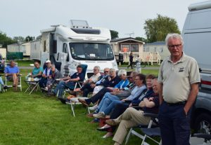Met campers afgezette happy-hour-plaats